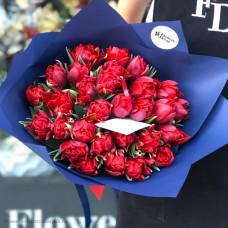 Красные тюльпаны в упаковке